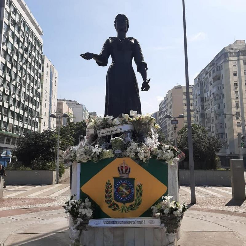 La statue de la princesse Isabelle fleurie de camélias @Confederação Monárquica do Brasil