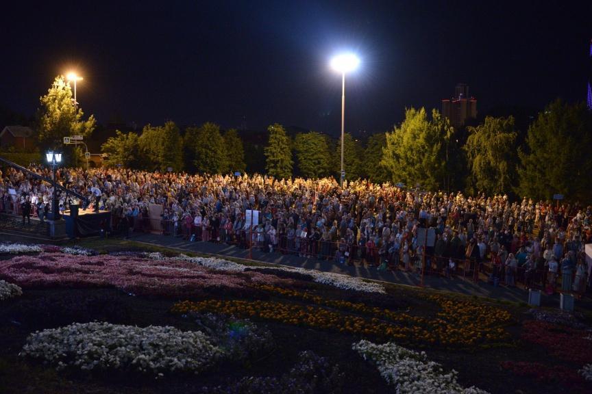 10000 russes sont venus rendre hommage au Tsar