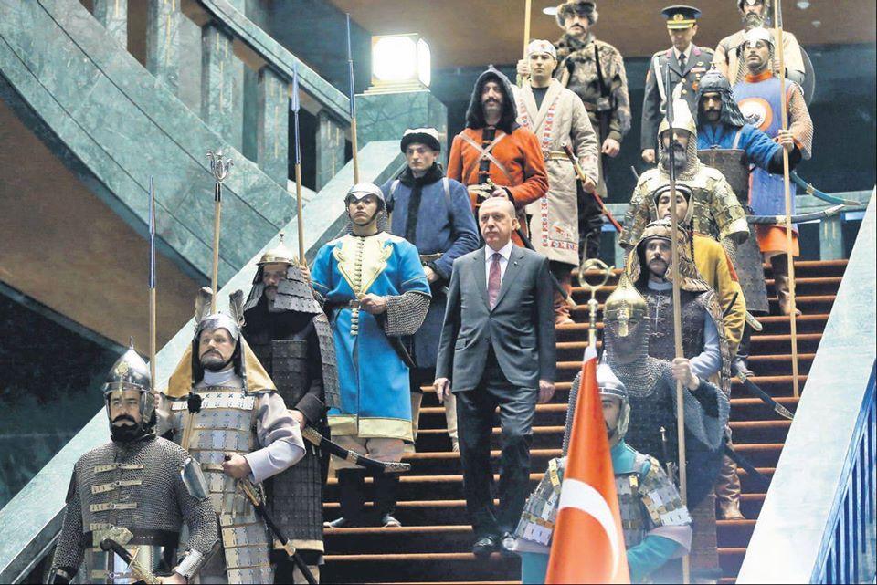 Erdogan parmi ses gardes Ottomans