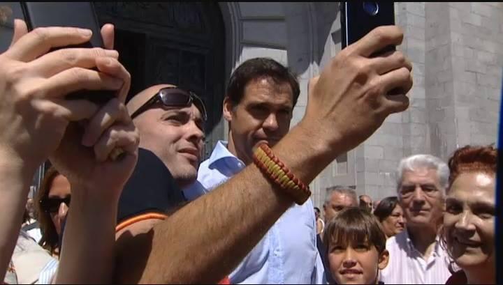 un franquiste prend un selfie avec Louis de Bourbon