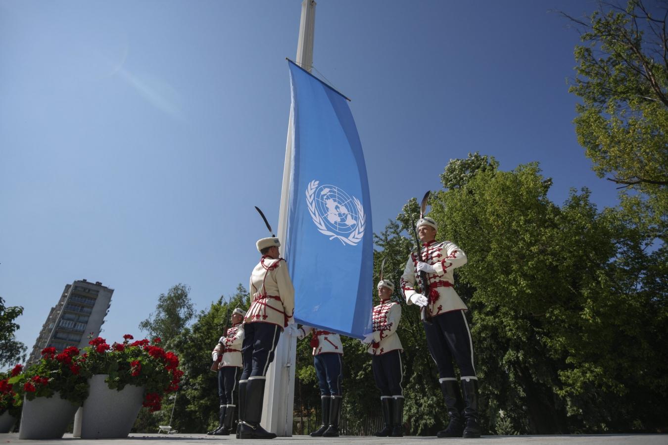 levée du drapeau de l'ONU devant le roi Siméon II