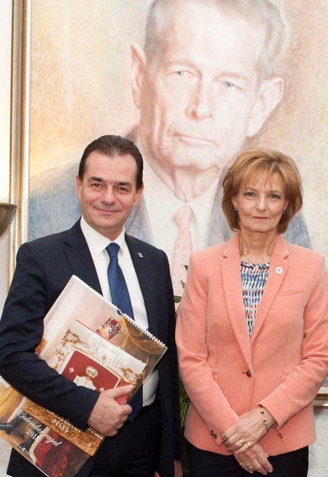 Le premier ministre Ludovic Orban, et la princesse Margareta sous le regard du roi Michel Ier