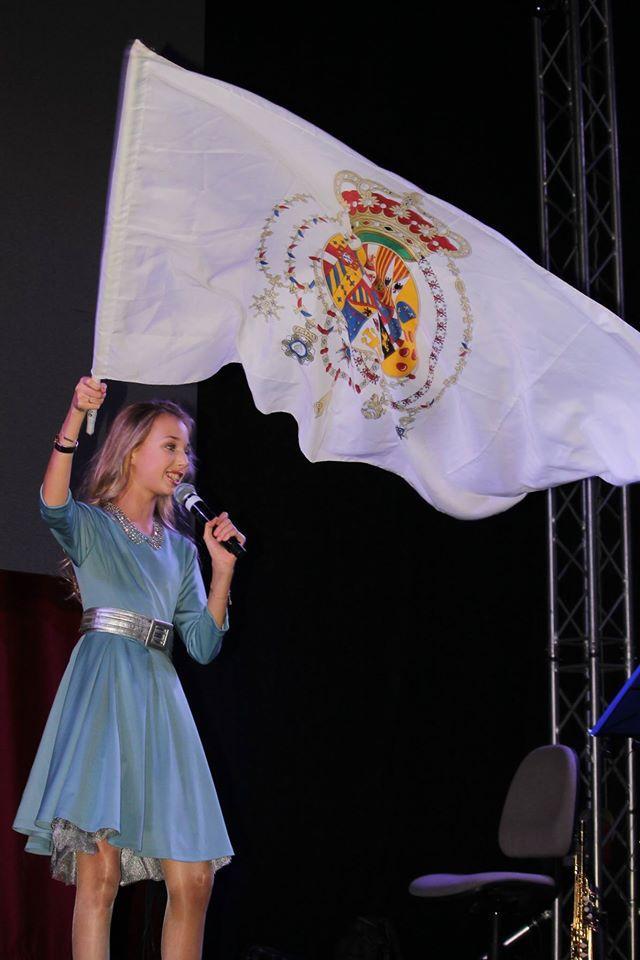 La princesse héritière agitant le drapeau de la monachie