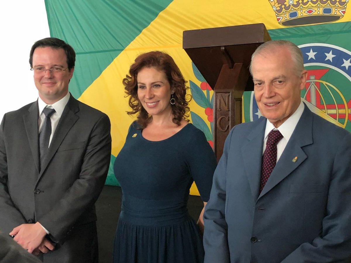 Carla ambelli avec le prince dom gabriel gauche et bertrand droite d orleans bragance photo divulgation