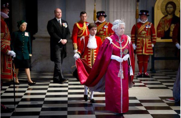 Elizabeth ii a une cérémonie de nomination des obe