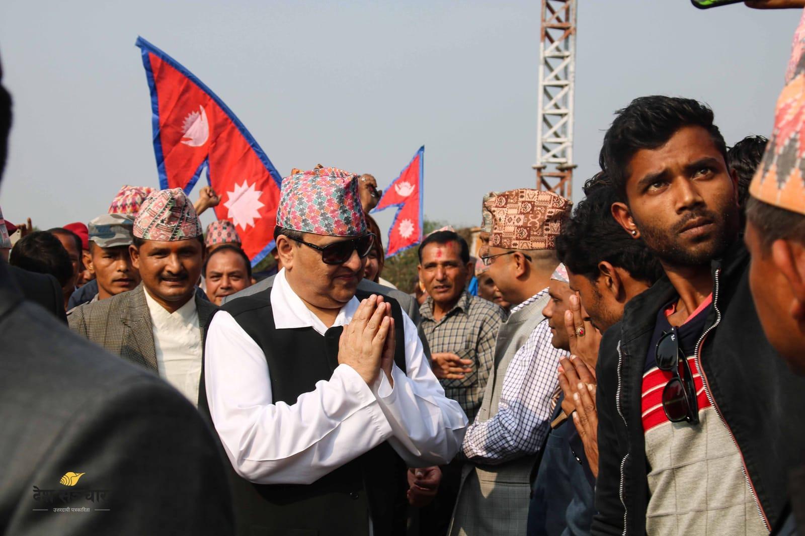 Le roi Gyanendra parmi ses partisans
