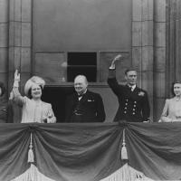 la famille royale britannique, le premier ministre Winston Churchill , le 8 mai 1945