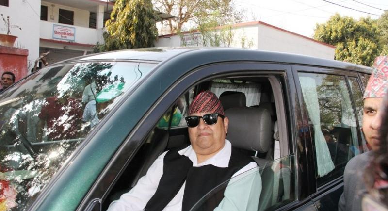 Gyanendra dans sa voiture.