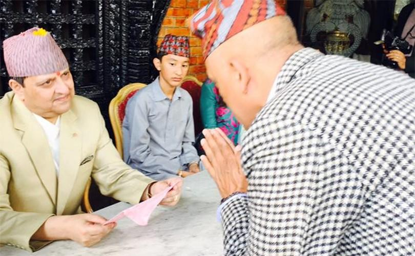 Gyanendra et son petit fils