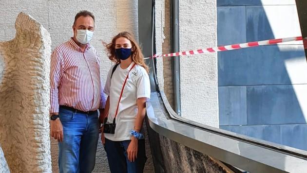 Karl habsburg avec sa fille gloria devant une fenetre d un musee endommage le 24 aout image karl habsburg