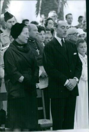 La comtesse et le comte de paris lors de l homme au prince francois alger 1960