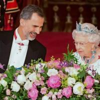 La llamada del rey felipe al principe carlos y la reina isabel ii para hablar sobre el covid reuters