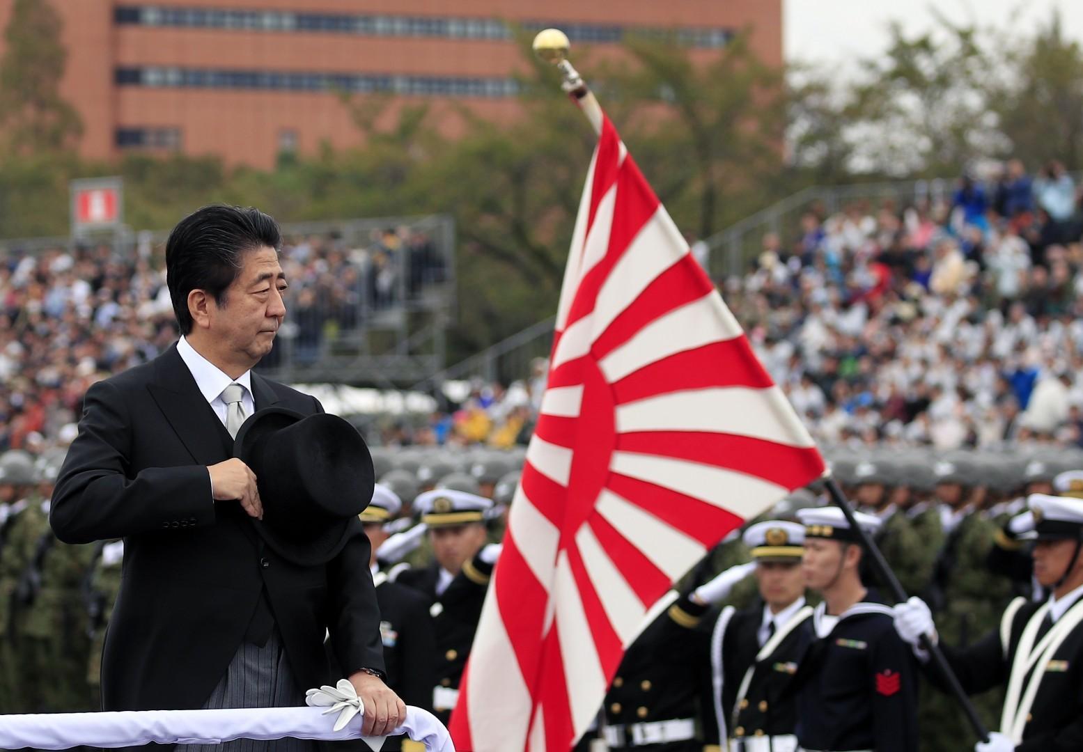 Le premier ministre abe devant l armee japonaise