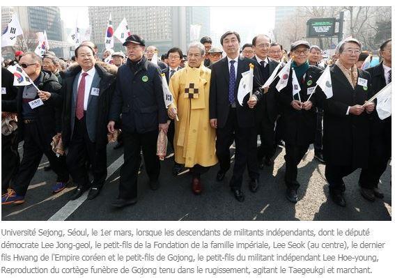 Le prince yi seok en jaune entoure de membres du parti democrate sud coreen