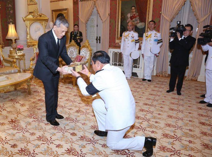 Le roi rama x et le general prayuth chan ocha