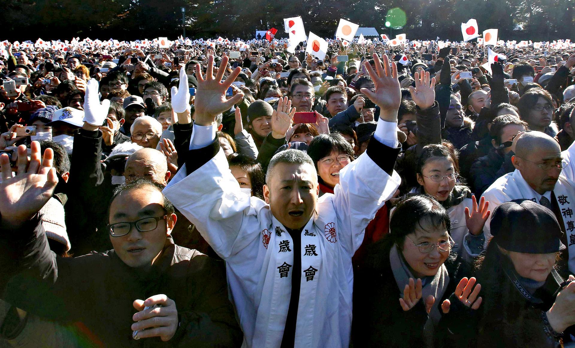 Les japonais acclament la famille imperiale