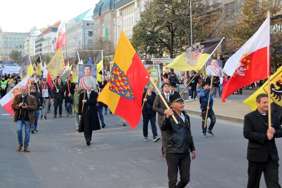 Les monarchistes defilent dans les rues de prague