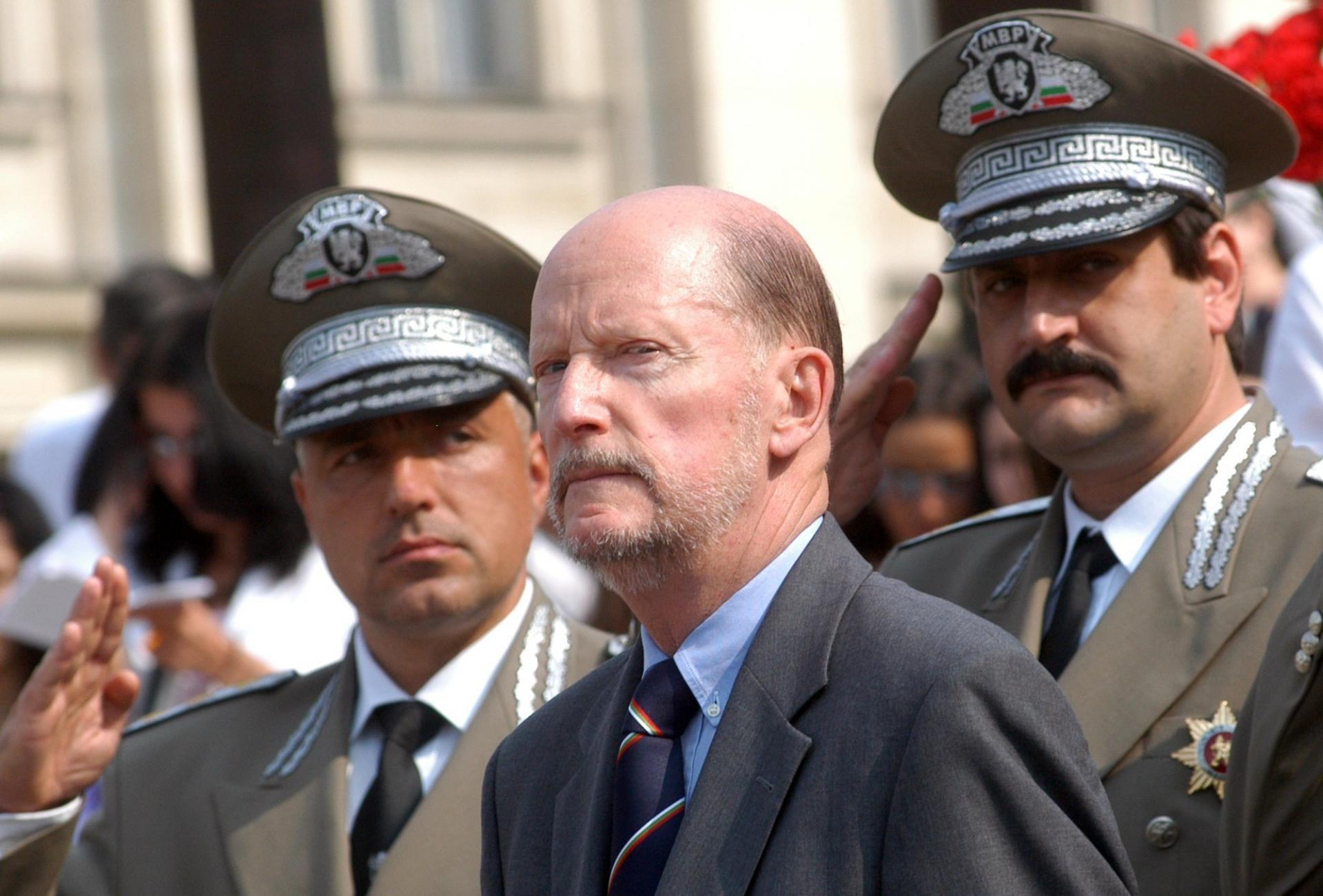 Les officiers saluent le souverain lors de la fete d independance