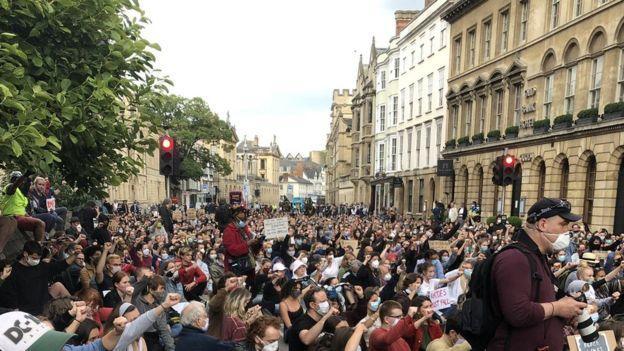Manifestation du blm contre la statue de cecil rhodes