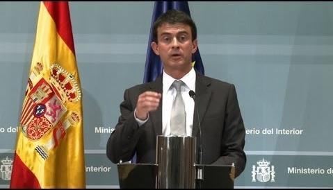 Manuel valls devant le drapeau espagnol