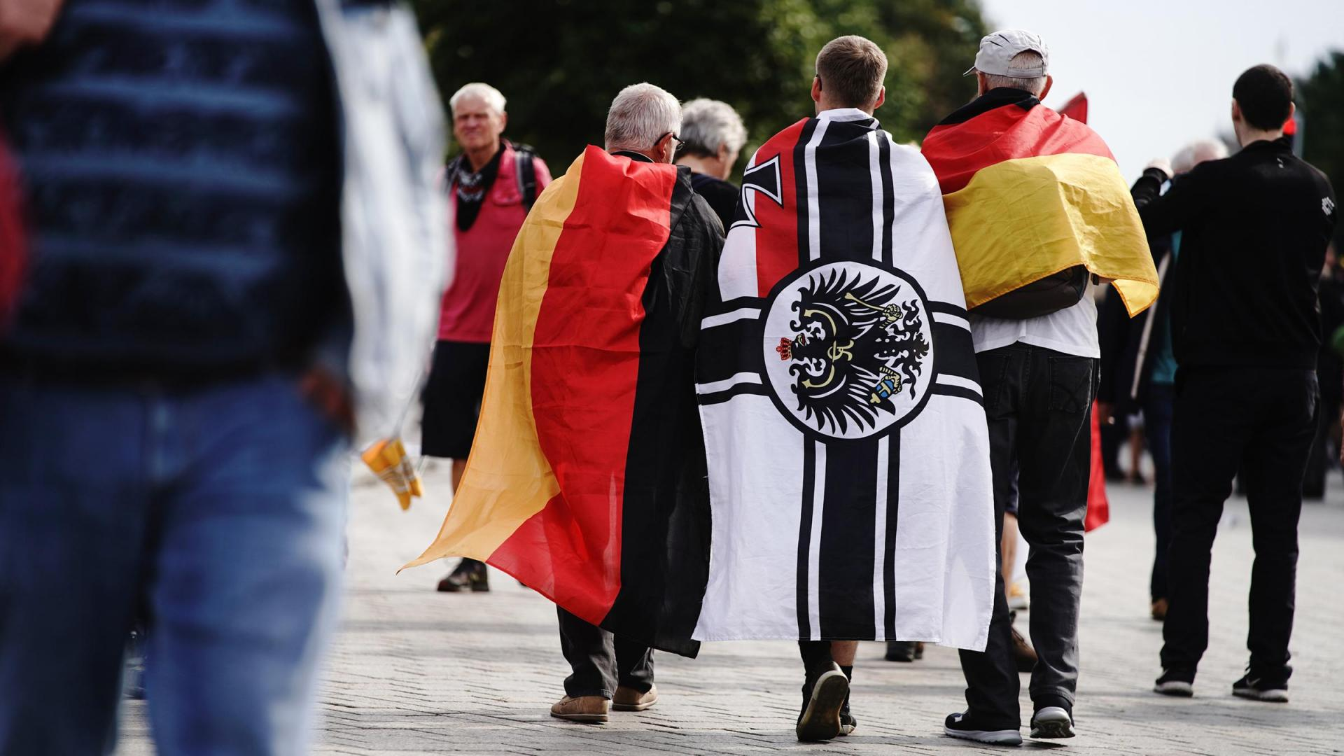 Monarchiste allemand portant le drapeau imperial