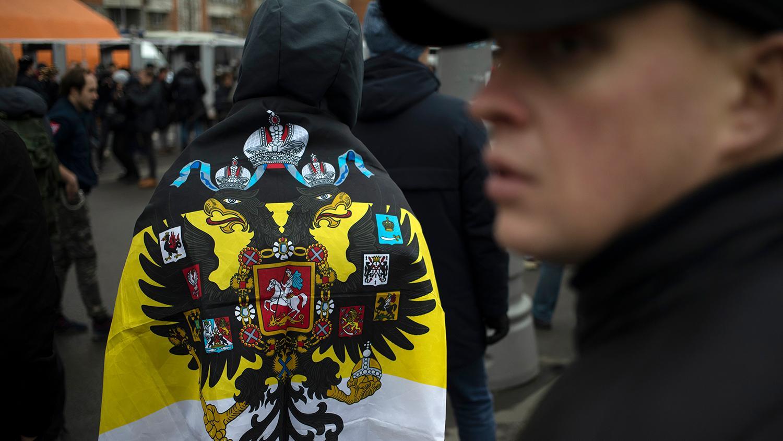 Monarchiste russe avec le drapeau imperial