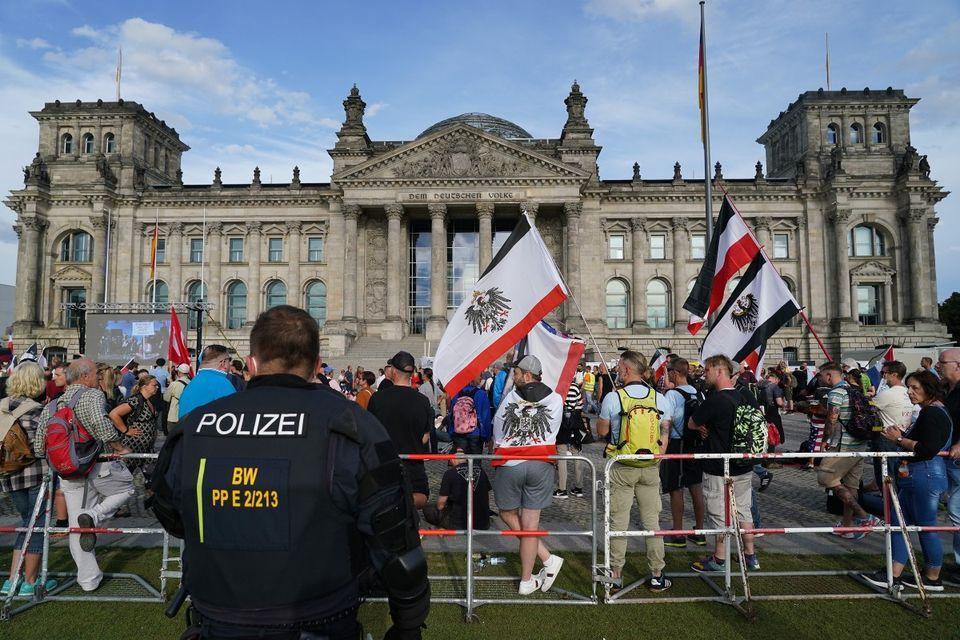 Monarchistes devant le parlement allemand reclamant la fin de la republique