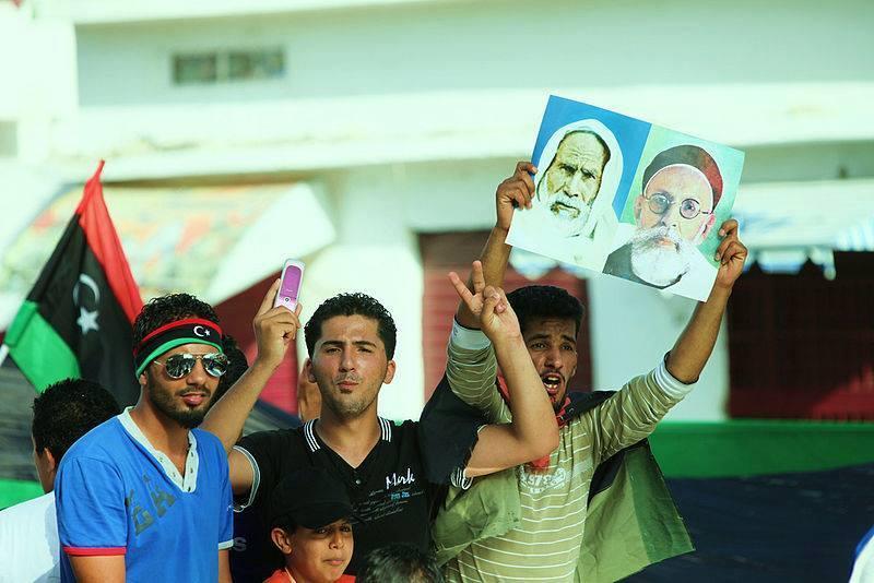 Monarchistes libyens avec des portraits du roi idriss ier