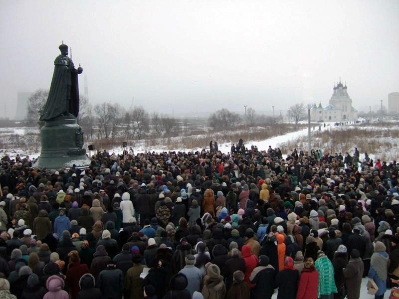 Monarchistes rassembles devant la statue de nicolas ii