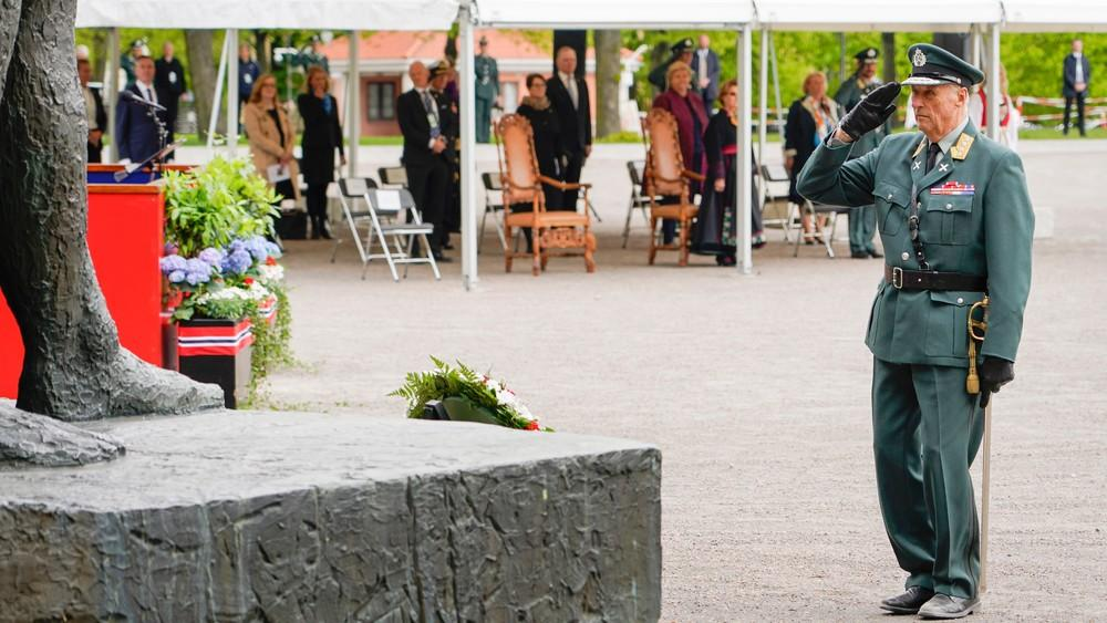 Le roi Harald V rend hommage  aux norvégiens morts durant la Seconde guerre mondiale