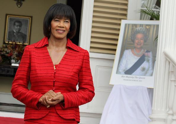 Portia simpson miller devant un portrait de la reine