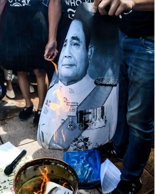Le portrait du général Prayut chan o cha brûlé . photo vichan potipacific presssipa