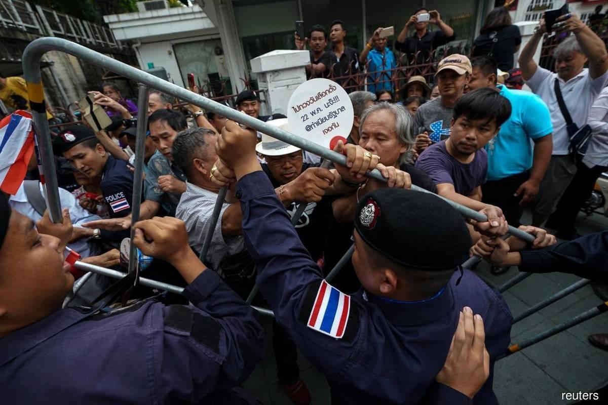 Pro démocraties manifestant contre le gouvernement