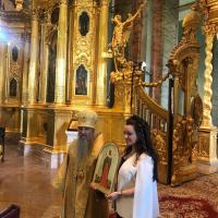 Rebecca bettarini portant l'icône de la martyre Victoria droits de reproduction réservés