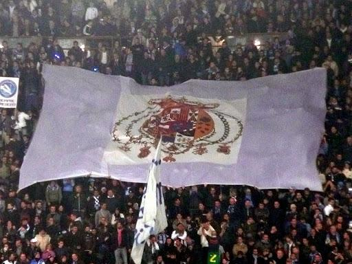 Drapeau monarchiste déployé lors d'un match de football