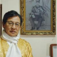 Yi seok devant un portrait de kojong
