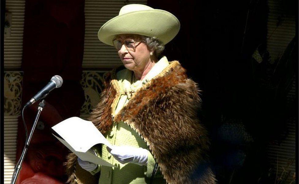 Elizabeth II portant un des regalia maori