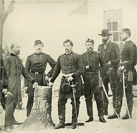 Le comte de paris ( premier à gauche)
