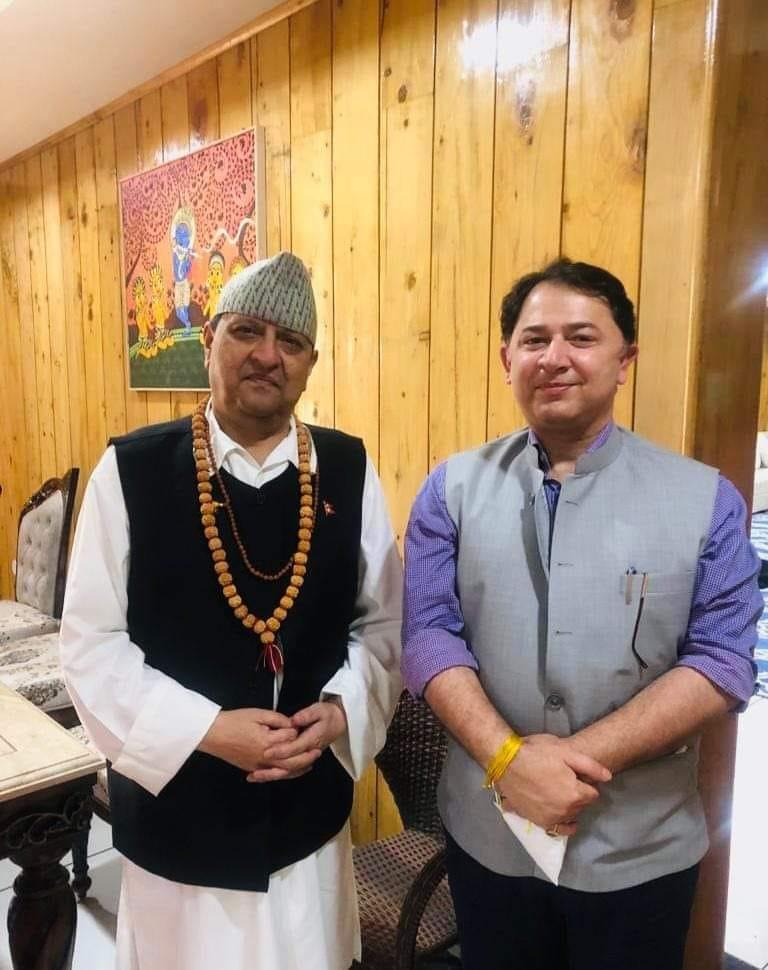 Gyanendra Shah et le ministre en chef Tirath Singh Rawat