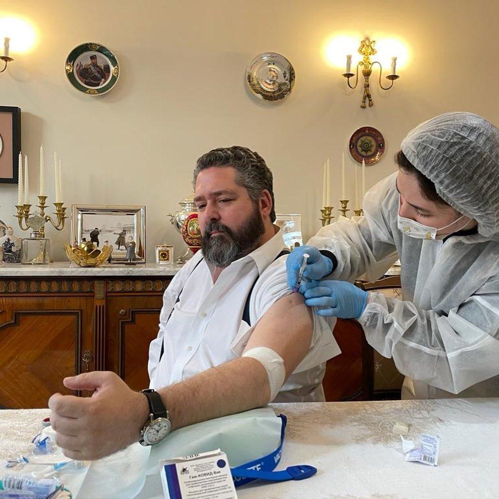 Le Grand-duc Georges Romanov se fait vacciner