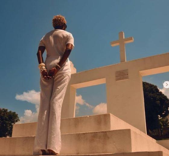 Esther Kamatari  face au mausolée de son père