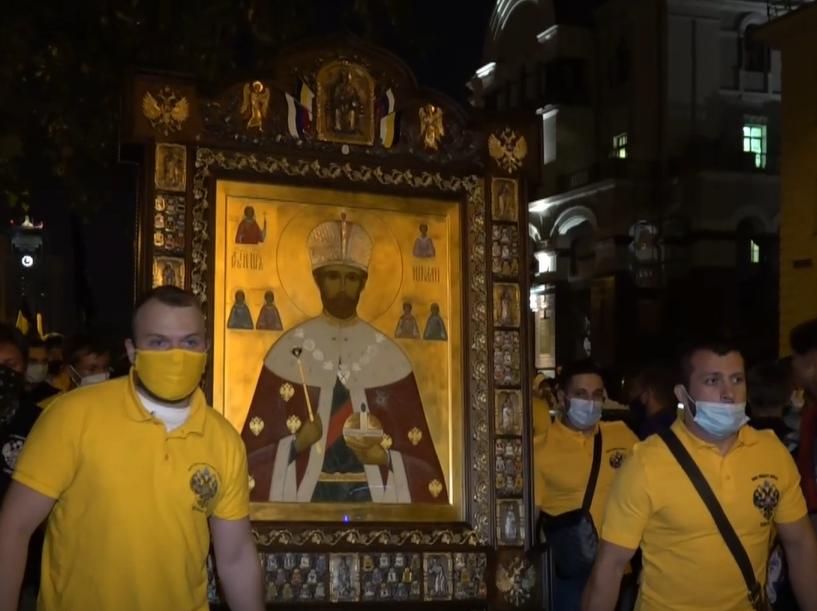 Monarchistes portant une icône de Nicolas II