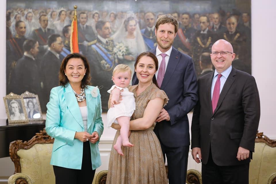 Leka II, son épouse, la princesse Géraldine avec la représentante des Etats-Unis et de l'Europe