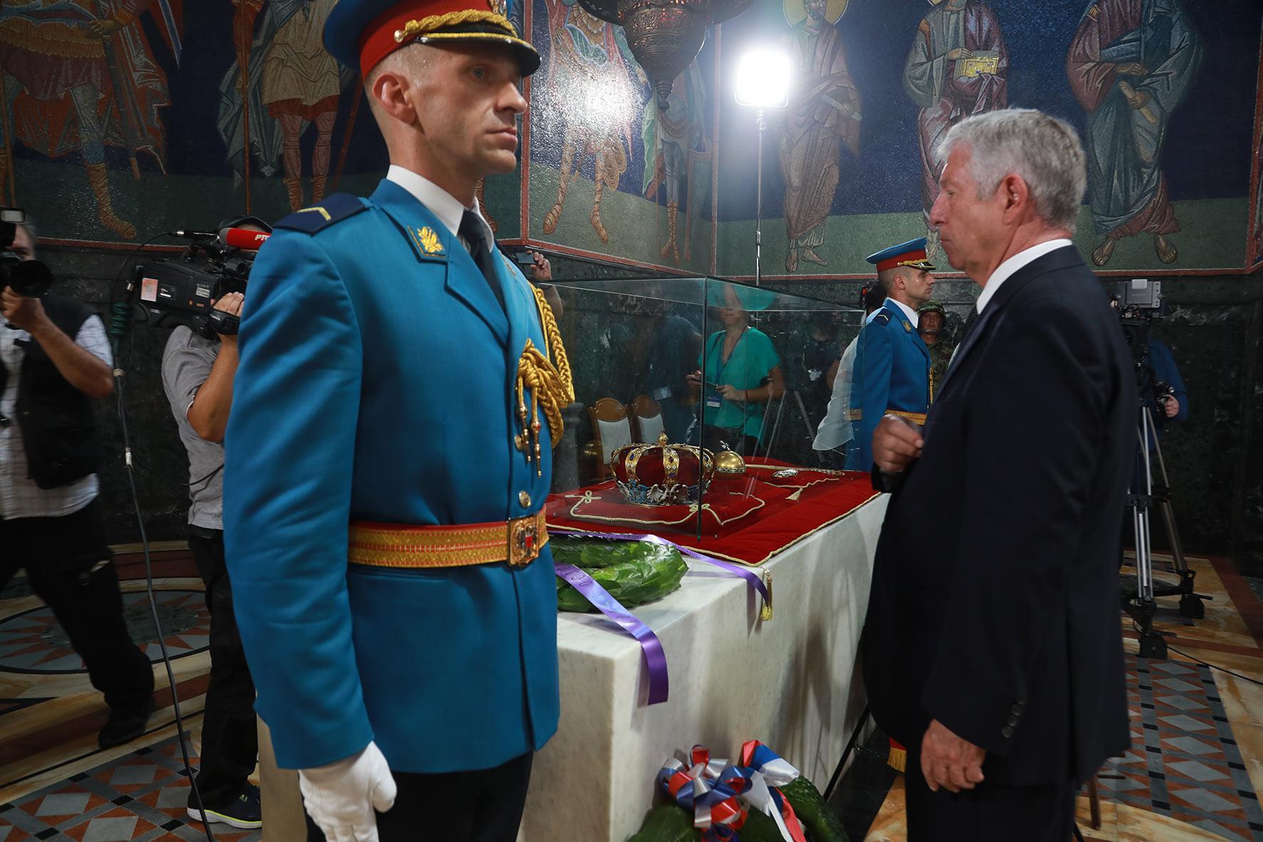 Alexandre de Serbie devant le tombeau de Pierre Ier