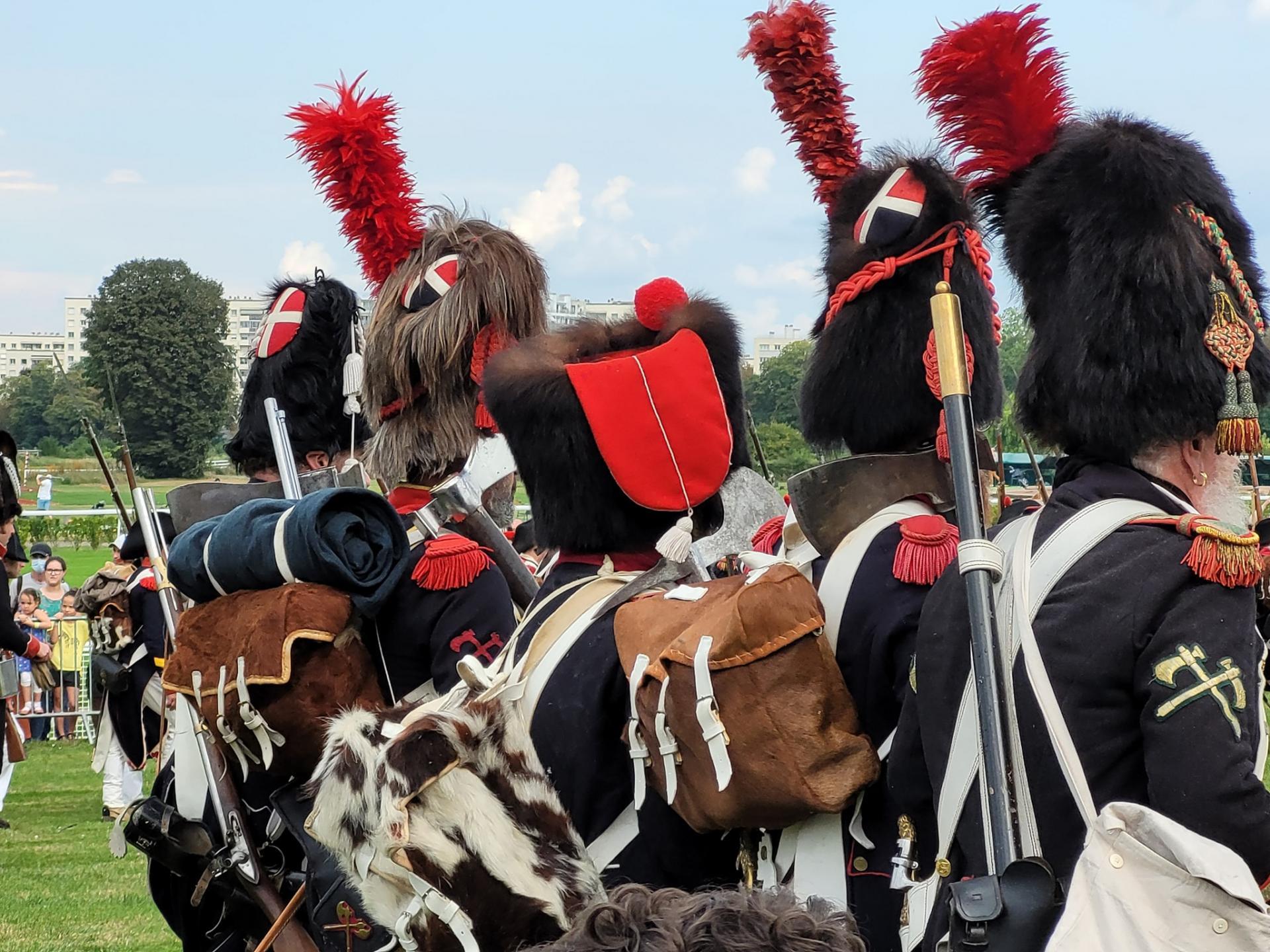 Les grognards défilent . photo@Paris Napoléon Ier