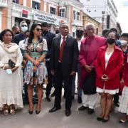 La princesse Fenosoa Ralandison Ratsimamanga (première àgauche) à côté de la ministre de culture