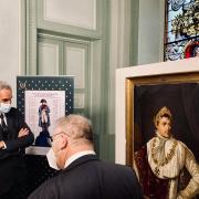Charles Bonaparte devant le portrait de Napoléon Ier Photo@MarinMenzin