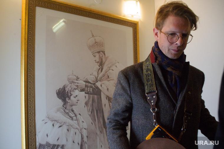 Rotislav Romanov devant le portrait de Nicolas II, un ancêtre. Photo@URA