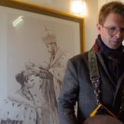 Rotislav Romanov devant le portrait de Nicolas II, un ancêtre.