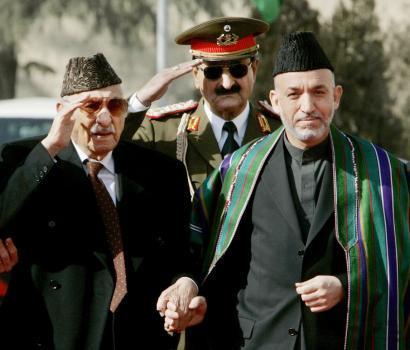 Zaher Shah (gauche) et Hamid Karzaï (droite)